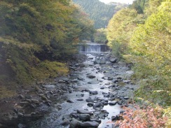 04不老吊橋から上流の紅葉09-10-28