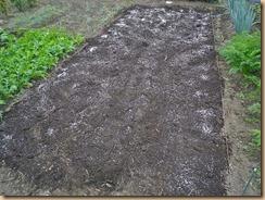 02バーク堆肥と化成肥料を散布11-10-30