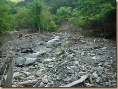 01荒れた河原に細い水流が続く14-5-28